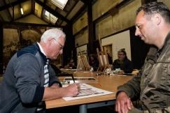 creatief leider Harrie Visser tekent de oorkonde