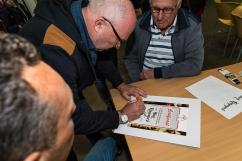 projectleider Fokke Wester tekent de oorkonde