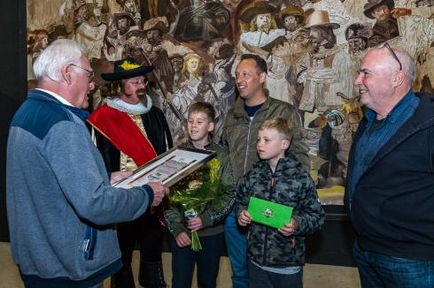 uiteraard was kapitein Frans Banninck Cocq aanwezig om de 10.000ste bezoeker te ontvangen